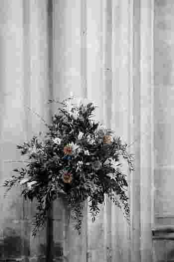 いただいたブーケや自分で生けた花など、お花を撮る機会もありますよね。ナチュラルだからと木目のテーブルで撮るのはNG。せっかくのお花の色が褪せて写ってしまうからです。お花の色に影響しない、無機質なモノトーンの背景がよいでしょう。