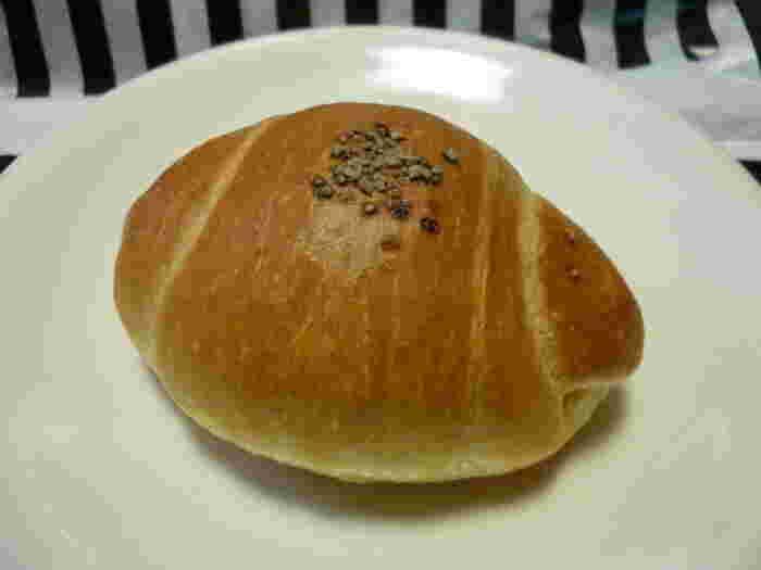 さまざまなお惣菜パン、ハード系のパン、甘いスイーツパンなどが豊富に用意されているベーカリーファクトリー吹田紫金山ですが、おすすめとなるパンは「塩くろろーる」。たっぷりと使用されたバターとシンプルな塩味は、きっとやみつきに。