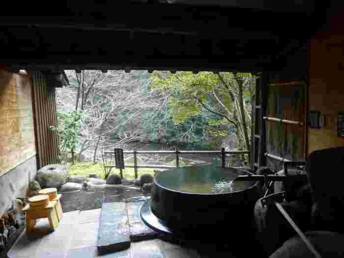 自然に囲まれた渓流の側に佇む山荘天水。自然に囲まれた広大な敷地で、四季の風景を眺めながら入る温泉は格別です。都会の喧騒を忘れて、ゆったりくつろぎのひとときを。