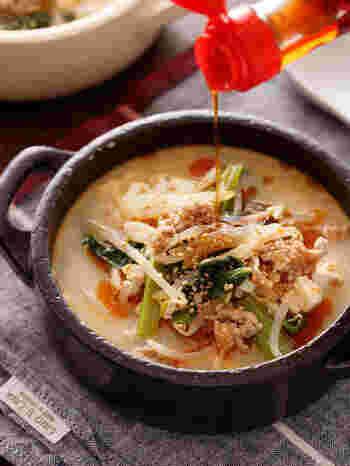 ここでもやはり活躍するキッチンばさみ。切るのは小松菜だけなので、それほど手間になりません。具沢山で辛旨なスープは、覚えておくと何かと使えて便利ですよ。