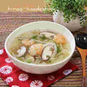 ちょっと特別感を出したい時は、海老を使ったこちらのレシピを。ウェイパ-を使ったスタンダードな中華スープと見せかけて、セロリで風味をプラスするのがポイントです。