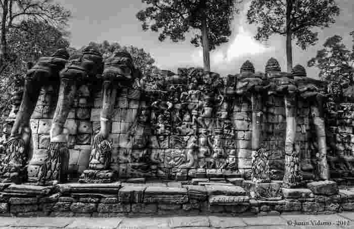 像のテラスは、12世紀末頃に、クメール王朝の国王、ジャヤーヴァルマン7世の命によって築かれたものです。高さ3メートル、長さ300メートルに及ぶ巨大なテラスには、その名の通り象のレリーフが彫られています。