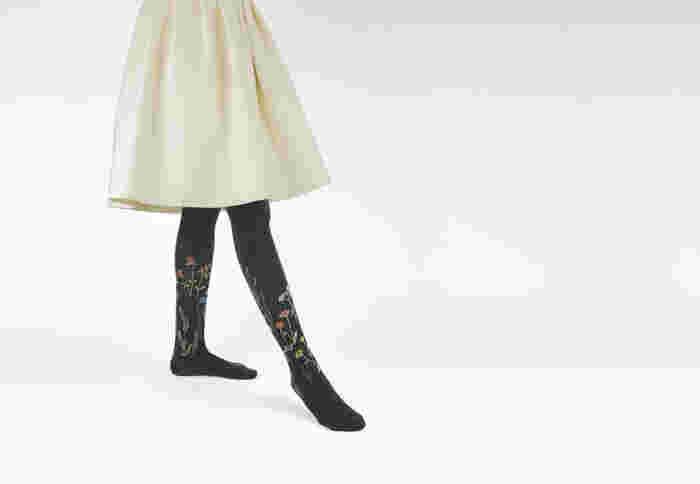 腰からつま先までフィットし、下半身を温めてくれるタイツ。靴下コーデをせずすっきり履くなら、デザインで変化をつけるとマンネリを防げます。合わせやすいリブ編み、グレーやブラウンなどのダークカラーのほか、トレンドのボタニカルテイストを取り入れるのも素敵ですよ。