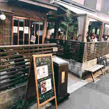 牛込神楽坂にある「神楽坂茶寮 本店」では、冷たさと温かさ両方味わえる「ひやあつスイーツ」が人気。大人の街にしっくりとなじむ隠れ家のような佇まいがステキですね。