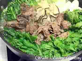 大阪の代表的な鍋といえば「ハリハリ鍋」。本来はクジラ肉を使いますが、なかなか手に入りにくいので、牛肉や豚肉でもOK。肉のうまみと水菜のシャキシャキ感を味わう、シンプルながらの奥の深い鍋料理です。