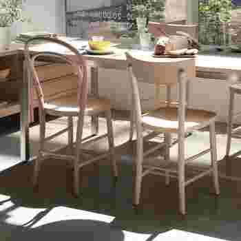 ヨーロッパのカフェに並んでいるような、気軽で使い勝手がよいチェア。  さっと移動しやすかったり、足元に荷物を置いておけたり、とても実用的。  イタリアの工場で長年作られていたモデルをさらに改良して生まれたこちらのカフェチェア。小粋なデザインも素敵だけど、座り心地の良さも魅力です。
