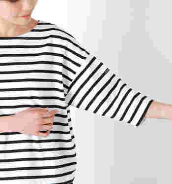 デイリーに使えるボーダーカットソーは、五分袖・七分袖の半端丈が可愛いですよ。ハリのある素材は、さらりと一枚で着てもシルエットがきれいに決まります。上品なネックラインで、カジュアルすぎずに着られます。