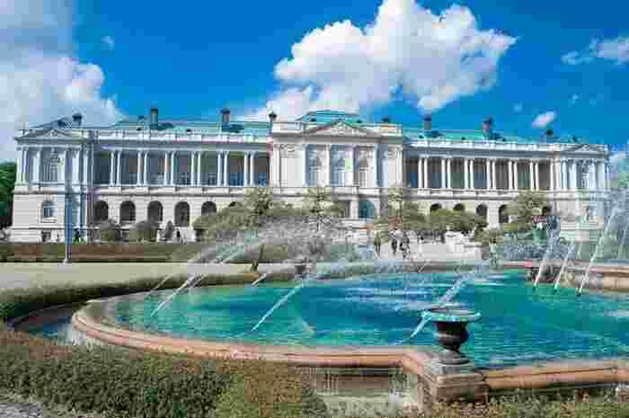 明治42年に東宮御所として建設され、現在は海外の国賓をもてなす外交の場となっている「迎賓館赤坂離宮」。本館や庭園は予約不要で参観できますが、事前予約制のガイドツアーも行われています。また、前庭で頂くアフタヌーンティーや不定期のイベントなどもありますよ。