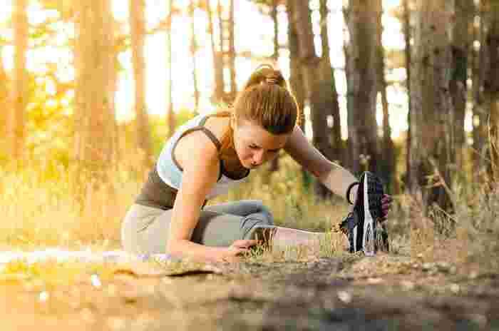 反動をつけると瞬間的に筋肉に負荷がかかり、筋肉を傷めてしまう原因にもなりかねません。運動の前など、あえて反動をつけて行うストレッチもありますが、朝の体の緊張をほぐし温めるために行うストレッチとしては、反動をつけない方がいいでしょう。