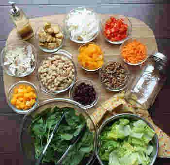 ジャーサラダの作り方はとっても簡単!ジャーの中に入れたい野菜をそれぞれカットし、用意しておきましょう。