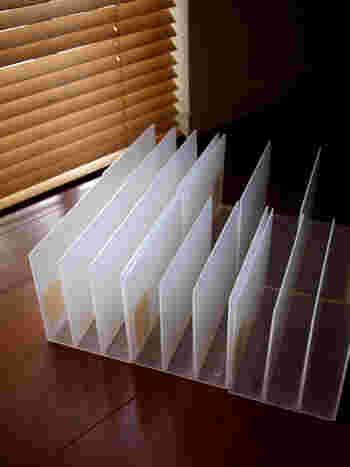 本や書類の整理に欠かせない仕切りスタンドは、食器収納でも大活躍。