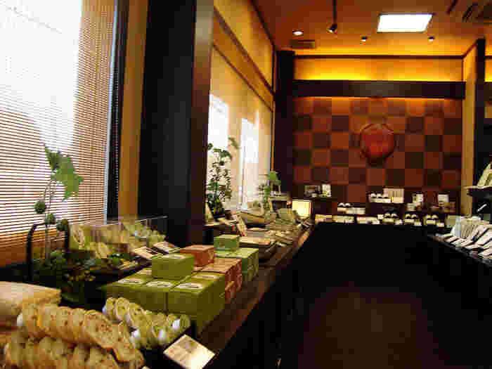 宇治茶の香り引き立つ店内では、ここでしか買えないお土産品が並んでいます。