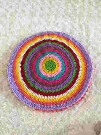 裏面は表とは別に、土台をもう1枚編んで合わせることで、さらにふかふかであったかい仕上がりに♪ 土台は、シンプルな円座の細編みや中長編みで編むのが良さそうですね。