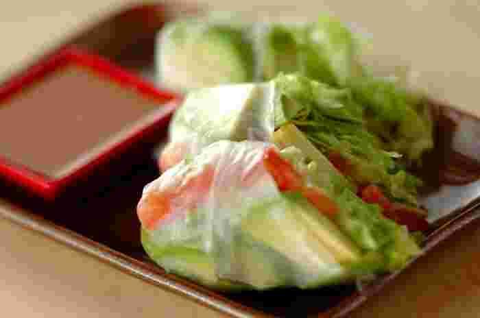 野菜もたっぷり食べられる、ヘルシーな生春巻きは人気のメニュー。お好みの具材をいろいろ準備して、手巻き寿司感覚で楽しむのもおすすめです♪ライスペーパーは巻く直前に戻した方がおいしいので、ぬるま湯を張ったボウルなどを準備しておくのがポイント!