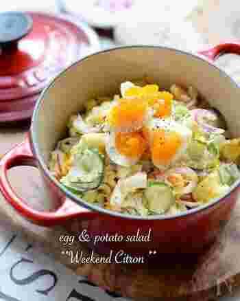 定番のポテサラも、紫玉ねぎや半熟卵を入れることで、美しいごちそうになります。シャキシャキ食感と風味も加わり、ワインなどのおつまみにもぴったりです。