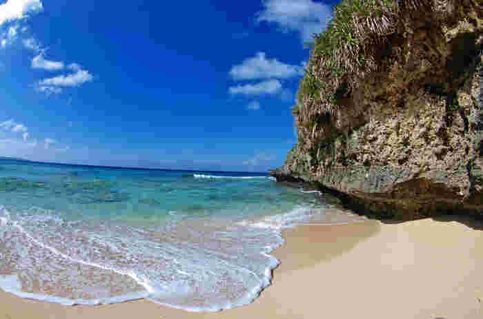 サラサラの白砂を踏みしめながら、すぐ近くに珊瑚礁が広がる透き通る海で泳ぐ気持ちよさは格別です。