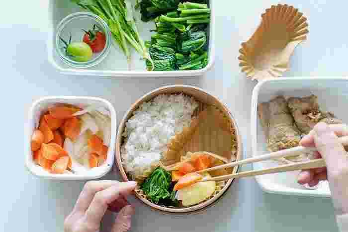 副菜を彩りよく詰めます。  赤・黄色・緑を意識すると栄養バランスも良く、鮮やかできれいなお弁当になりますよ。