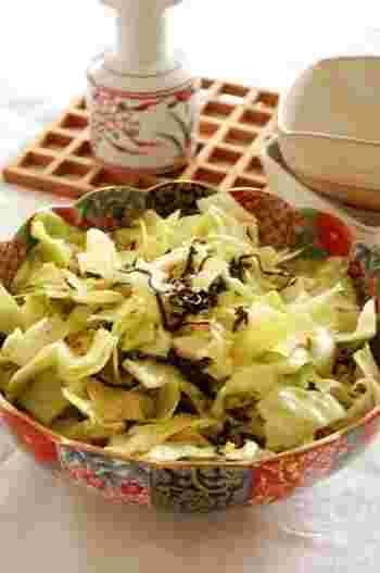 キャベツをざく切りにして塩昆布、サラダ油で炒めたにんにくと混ぜれば完成!ガーリックの食欲そそるにおいと塩昆布の旨みがぎゅっとつまった1品。