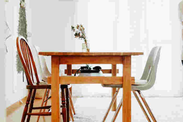 テーブルはそのままに、椅子を違うものに変えてみましょう。木や布、金属など、座面や脚の素材が変わるだけでも違った印象になりますし、アンティーク調のものを加えてもまた空間に味わいが生まれます。同じデザインで揃えずに、わざと違うものを並べてもおしゃれ!