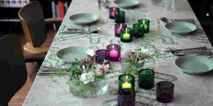 ナチュラルなデザインのテーブルクロスには、カラーガラスの幻想的なキャンドルホルダーが似合いますね。