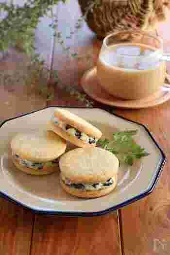 こちらのレシピは、バターとホワイトチョコレートで作ったクリームにラムレーズンを加えてサクサクのクッキーで挟みます。定番の味も、自分で作るとさらに美味しく感じますね♪