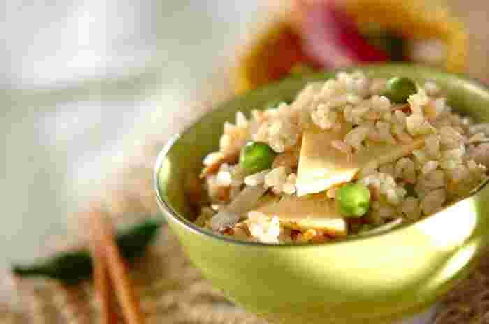 タケノコなど、春の味覚を味わえる炊き込みご飯レシピです。  水煮のタケノコはスライスして加えましょう。火の通りもよくなり、ごはんとも馴染みやすくなります。