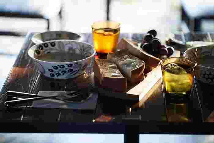 寒くなると、あたたかい料理がテーブルに並ぶことが多くなってきますよね。そんなとき、ぴったりなのが北欧の食器たち。 食器もいろいろありますが、やはり寒い季節の長い北欧の国々で使われている食器は、あたたかい料理に雰囲気がぴったりなんです。 ここではそんなあたたかい料理に合う「おすすめの北欧食器」をブランド別にご紹介します。
