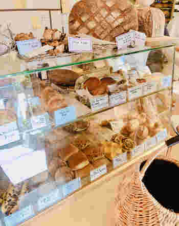こじんまりとした小さめの店内は、パン屋さんというよりはケーキ屋さんのような雰囲気。ショーケースの中にはおしゃれなパンが並びます。国産小麦100%のみを使用しており、約150種類という豊富な種類は、何度訪れても飽きません。
