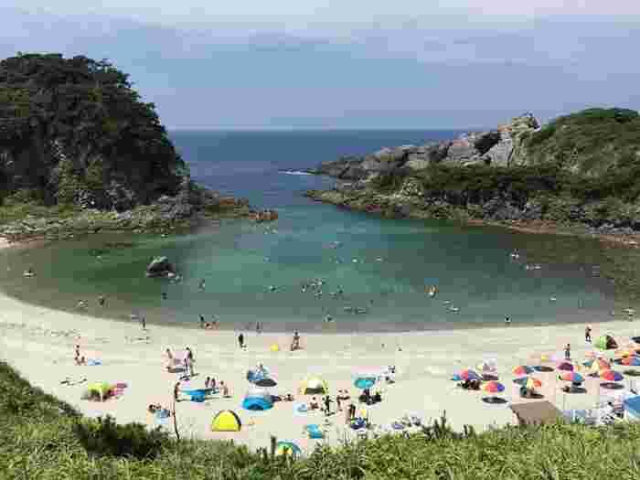 続いては式根島のスポットをご紹介いたします。式根島でもキレイな海を満喫できるのはもちろんですが、なんといっても温泉が有名な島。水着で入る混浴温泉が点在しているので、温泉を巡る旅をしてみるのがおすすめです。
