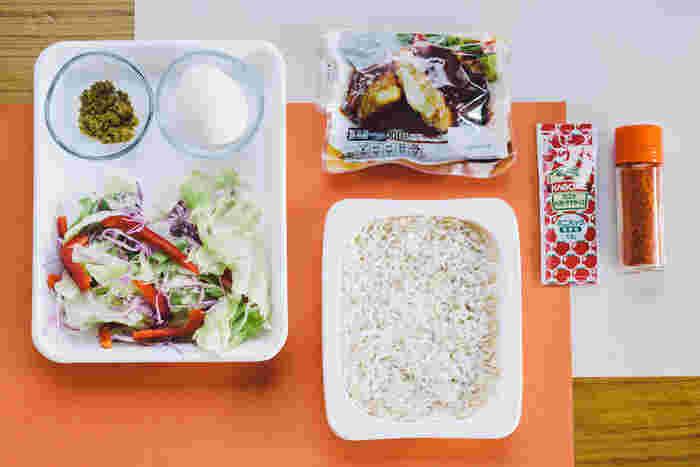 ・チーズインハンバーグ 1個 ・もち麦ご飯 1パック ・カット野菜 1/3袋 ・温泉卵 1個 ・ケチャップ 1袋(12g) ・クミン 小さじ1 ・一味唐辛子 適量