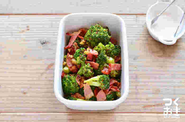 〈冷蔵保存:4日〉 色鮮やかで栄養豊富なブロッコリーも、お弁当に欠かせない定番食材のひとつです。こちらはシンプルな材料で簡単に作れる「ブロッコリーとベーコンの粒マスタード炒め」。ニンニクの香りを効かせた美味しいおかずがあれば、ご飯がすすむこと間違いなしです◎。