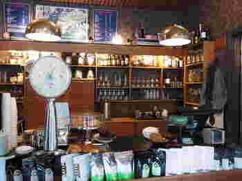店内はレトロな北欧ヴィンテージ家具を配したシックなインテリアでまとめられています。観光で疲れた時は、本場フーレンの美味しいコーヒーを飲んでほっと一息♪