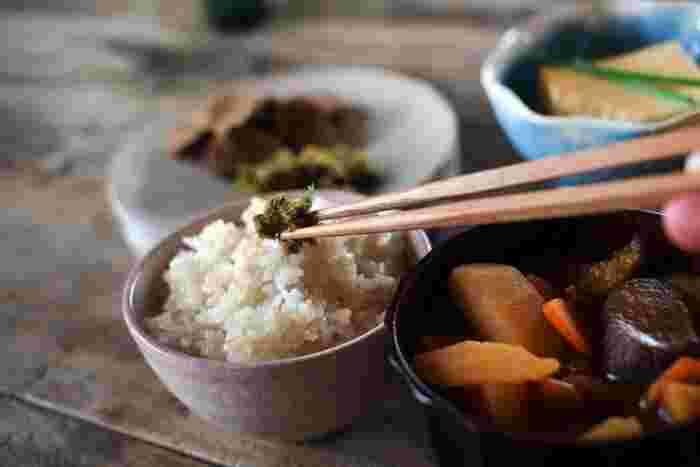 玄米はプチプチとした食感が楽しめるお米です。ですが、炊き方次第でボソボソとした食感になってしまい食べにくくなってしまうことも。まずはおいしい玄米の炊き方を知っておきましょう!