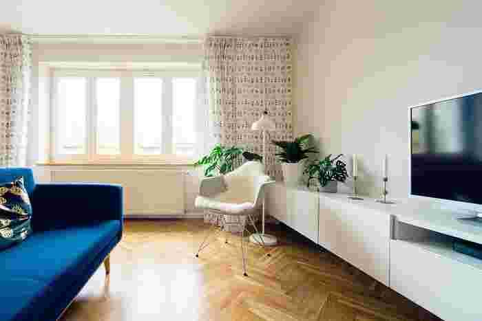 シンプルでナチュラルな北欧風インテリアは、白や木材をベースに、ポップな差し色を加えたり、カーテンやクッションに北欧デザインのファブリックを取り入れてみましょう。さらに、北欧を代表するデザイナーズ家具や雑貨などをアクセント使いするのもおすすめです。