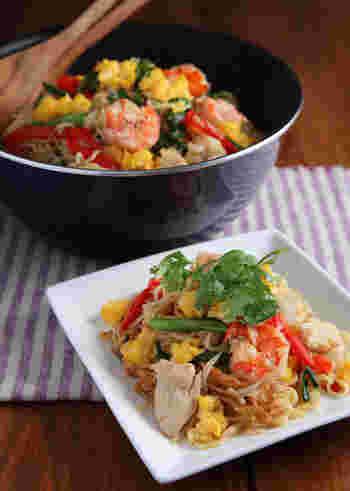 具材をたっぷり使った、彩り豊かなエスニック風焼きそば。ナンプラーはもちろん、焼き肉のタレを使うのでエスニックを普段あまり食べない人にもおすすめのレシピ。
