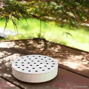 セラミックデザイナーである岡崎 達也氏によるモダンなデザインの蚊遣り「 float(フロート)」。float(浮かぶ)という商品名の通り、側面下部を削ぐことで、フワッと軽やかに浮いているよう。