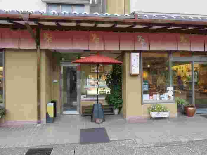 金沢といえば、華やかな金箔を施した工芸品もお土産に人気です。旅行の思い出作りにおすすめなのは、ひがし茶屋街に本店を構える【金箔屋さくだ】。こちらでは一日に4回、金箔貼り体験の催しがあるんです。