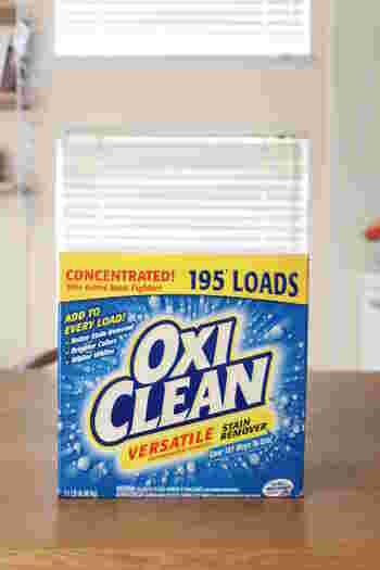 泡のチカラで汚れをはがす酸素系漂白剤は、洗浄力は塩素系漂白剤には劣りますが、何より危険性が低いので安心して使用することができますし、使い勝手が良いのも魅力です。また、におい残りなどが気にならないため、塩素系のにおいが苦手な方にもおすすめです。  商品としては、洗濯槽用の「オキシクリーン」が人気です。ひと口にオキシクリーンといっても、いろいろな種類があり、主にアメリカ版と日本版の2種類に分けられます。Amazonや楽天の直営サイトから購入すると公式ガイドブックが付いてくるので、まずはこちらで内容をチェックしてから使うのがおすすめです。
