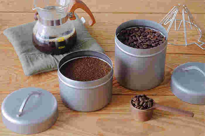 ステンレスのマットな質感と、丸みを帯びたデザインで、キッチンにすんなり馴染みそうですね。左のSサイズはコーヒー豆が約220g、右のLサイズは約300g入る大きさです。コーヒーだけでなく、ティーバッグやお菓子など色々なものを収納でき、使いたい時にさっと取り出せるので便利です。