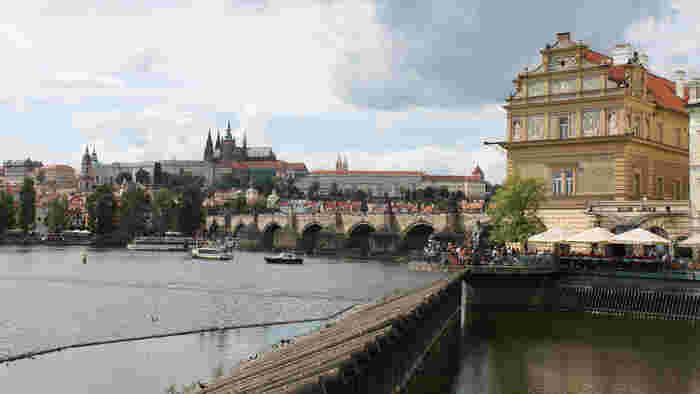 プラハ中心部を悠然と流れるヴルダヴァ川に架かるカレル橋は、全長515.8メートル、幅9.5メートルのアーチ橋です。1357年から45年の歳月をかけて造られたカレル橋は、プラハ有数の景勝地となっているほか、プラハ旧市街と周囲を結ぶ大切な役割を担っています。
