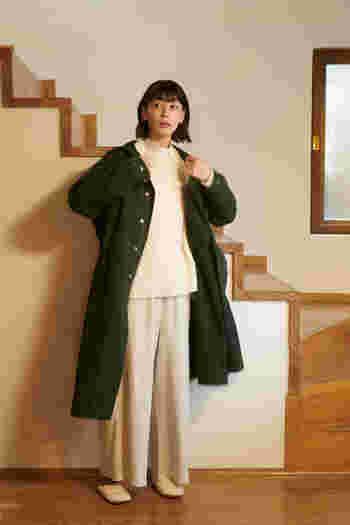 ありそうでなかった深みのあるグリーンのモッズコートは、ワイドなAラインシルエット。ウエストと裾に施したドローストリングで、シルエットの変化を楽しむことも。1日おこもりする予定だった日の突然の買い出しでも、さっと羽織るだけでおしゃれに決まる優秀な1着です。