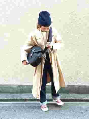 カジュアルなデニム&スニーカースタイルもきちんとしたコート&バッグでオシャレに変身。動きやすいのにオシャレというのは大事ですね。
