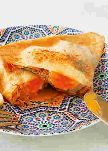ブリックとは、春巻きに似た薄い皮でいろいろな具材や卵を包んで揚げた、チュニジアの国民食。ここでは、春巻きの皮を使って、こんがり食欲をそそるエスニックフードに仕上げています。