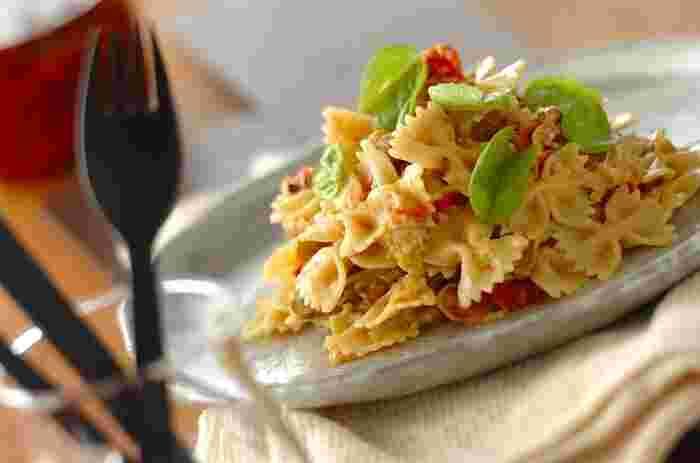 干しプチトマトと干しマッシュルームが入ったパスタ。プチトマトは生でも美味しくいただけますが、干すことでより甘みが増すのでいつものパスタがより美味しくなり、家族に驚かれるかも。