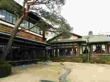 駅から歩いて20分ほどの起雲閣(きうんかく)の中にある喫茶室が「やすらぎ」。大正時代に実業家の別邸として建てられ、その後は旅館として使われていた建物です。
