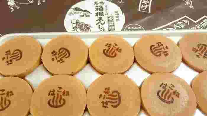 商店街で一際賑わう「菊川商店」は、箱根ならではの土産品を幅広く扱う、昭和初期創業の老舗土産店です。店頭で製造販売する『箱根カステラ焼まんじゅう』は、今も昔も人気を誇る、箱根湯本の定番土産です。