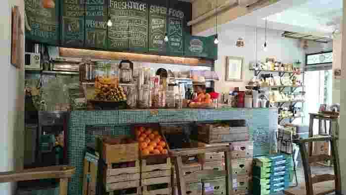 JR山手線の恵比寿駅から徒歩5分、恵比寿公園の近くにある「マルゴデリ恵比寿」は、明るい店内に置かれたフレッシュフルーツが目印。店内には、色鮮やかなフルーツが並んでいます。