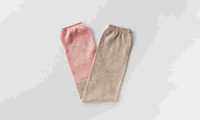 2トーンのアームカバー。ナチュラルで淡い配色から少し渋めの大人っぽい配色まで、全9色から選べます。くるくるとコンパクトに畳めるので持ち運びしやすく、ちょっとしたプレゼントにもおすすめ。