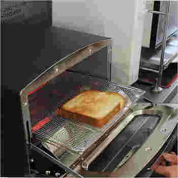 アラジンの遠赤グラファイトグリル&トースターで焼くと、トーストは外はカリッと中はもっちりと仕上がります。一度に4枚までトーストを焼くことができるので、朝の忙しい時間を有効に使えます。(19,980円)