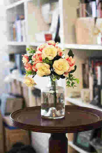 ほんの少しのお花で、お部屋はパッと明るくなります。お花屋さんで好きなお花と目が合ったら、数本買って帰りませんか?お花と対話しながら、そのお花が喜びそうな活け方を考えてあげてください。フラワーアレンジメントは、技術はもちろん大切ですが、まずはお花の気持ちになって…ではないでしょうか。